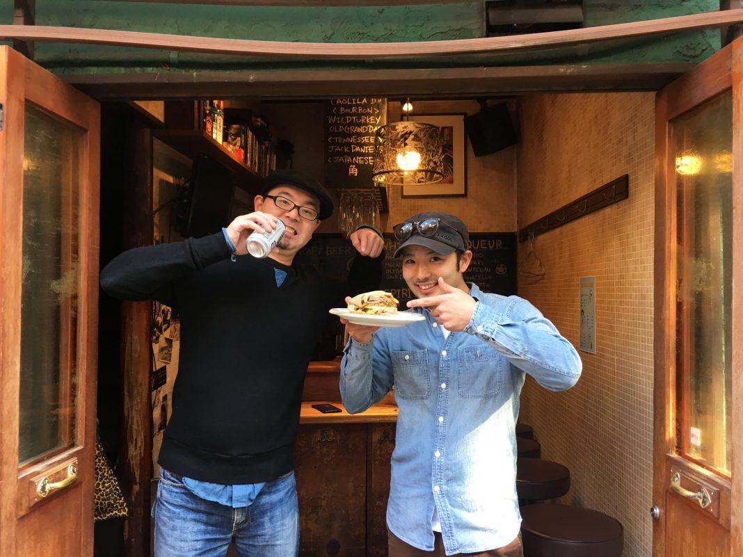 渋谷のんべい横丁「クルヴァ」(写真左=オーナーの立石さん)を間借りしキューバサンド店を開いた山崎道也さん(右)