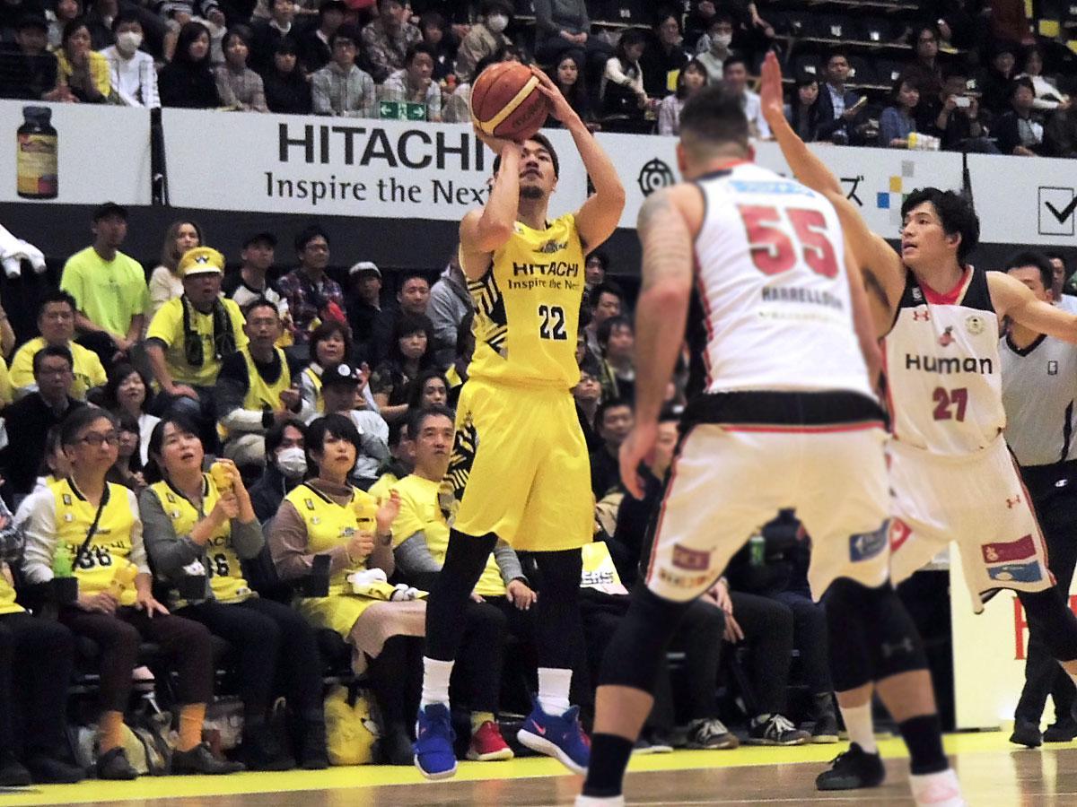得意の3P3本を決めた長谷川智也選手(中央奥)