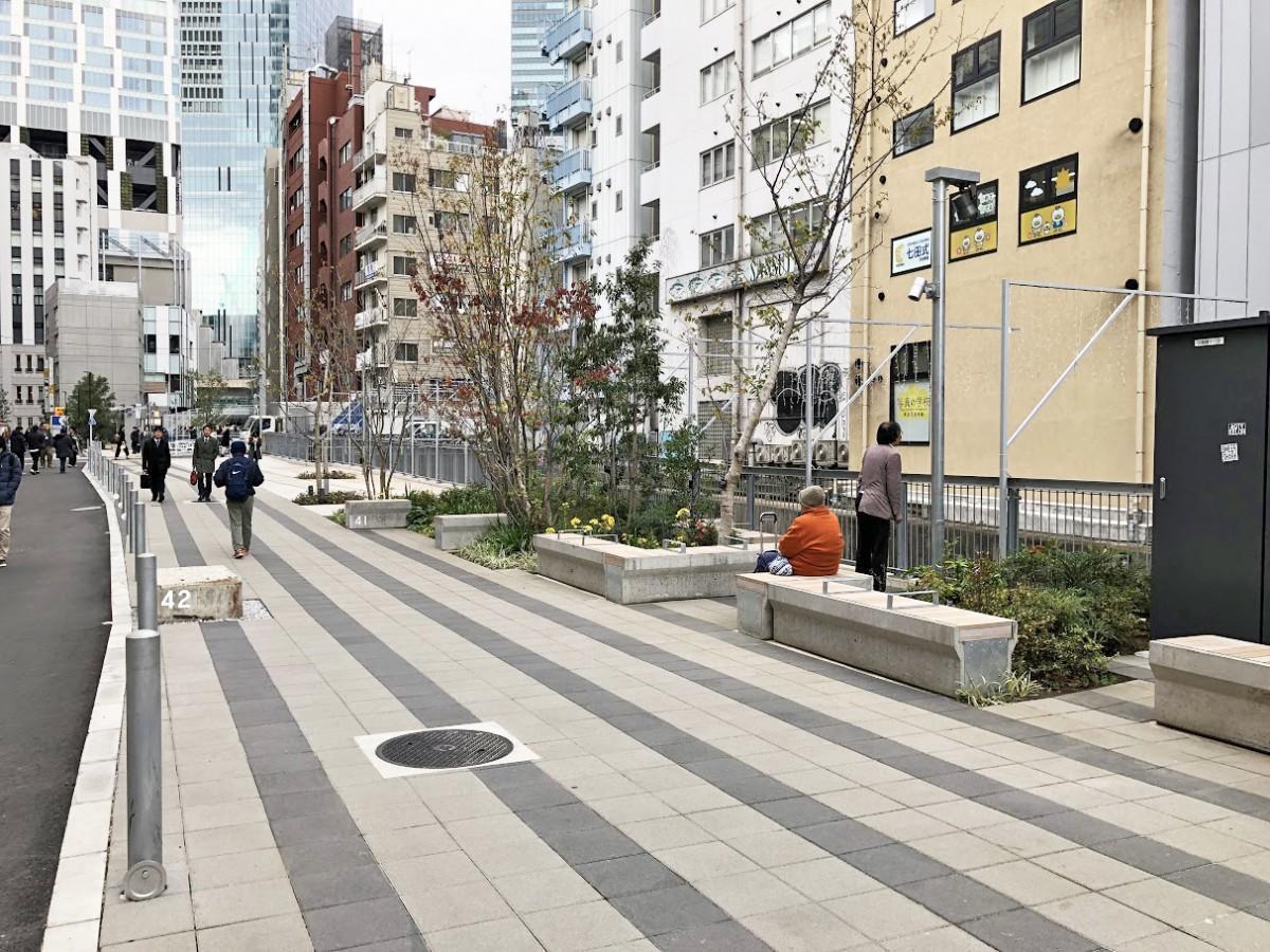 名称が「渋谷リバーストリート」に決まった遊歩道。写真奥の左は「渋谷ストリーム」、その右には建設中の「渋谷スクランブルスクエア東棟」