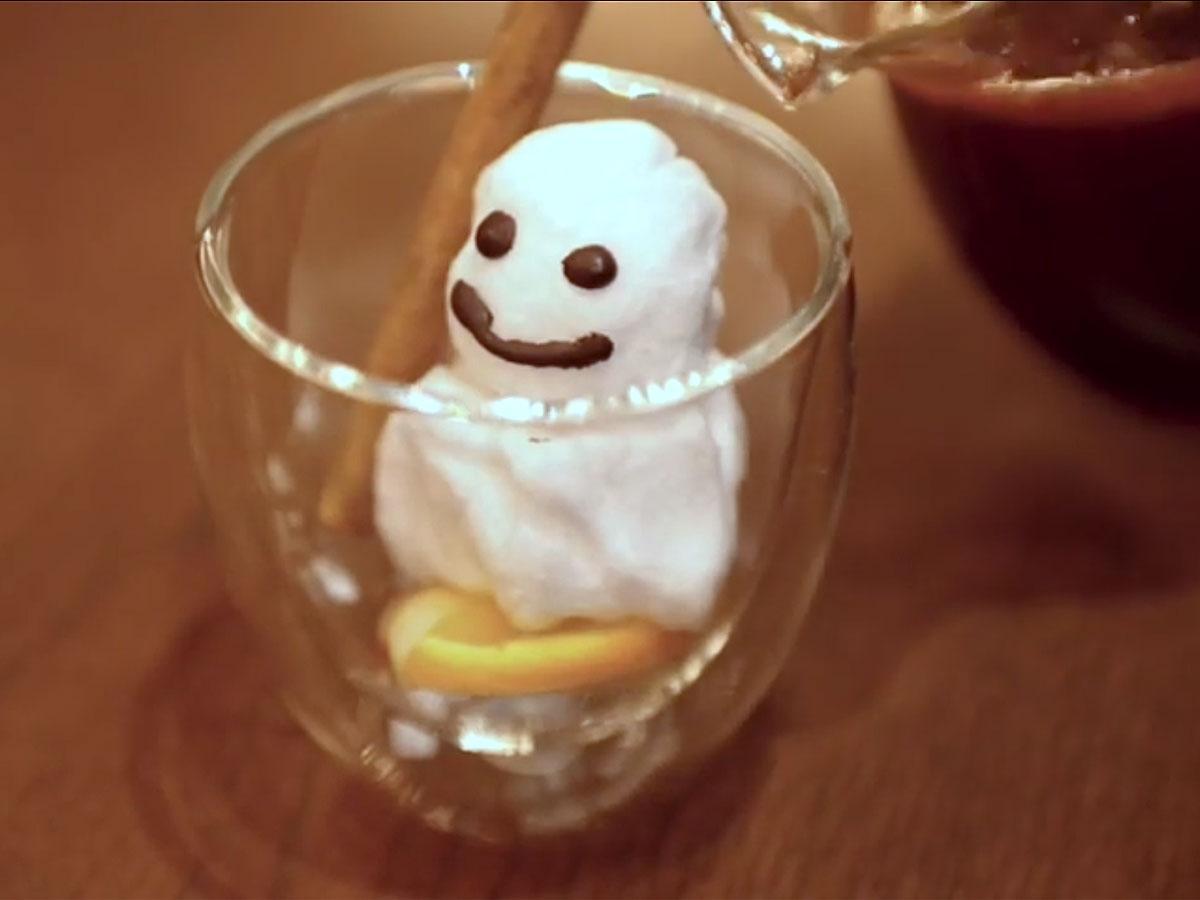 綿菓子の「雪だるま」を入れて提供する「スノーマンドリンク」