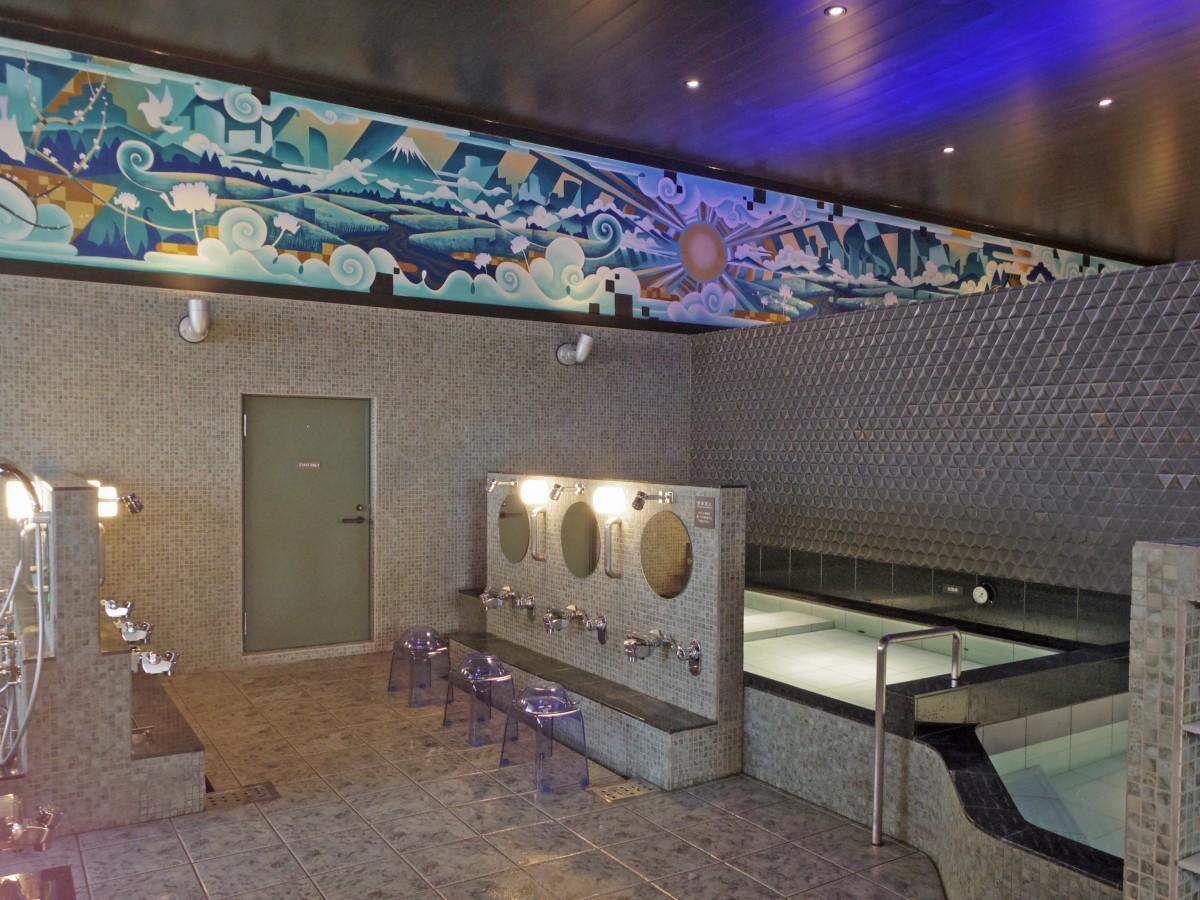 間接照明を取り入れ刷新した浴室。ペンキ絵はユニット「グラビティフリー」が手掛けた