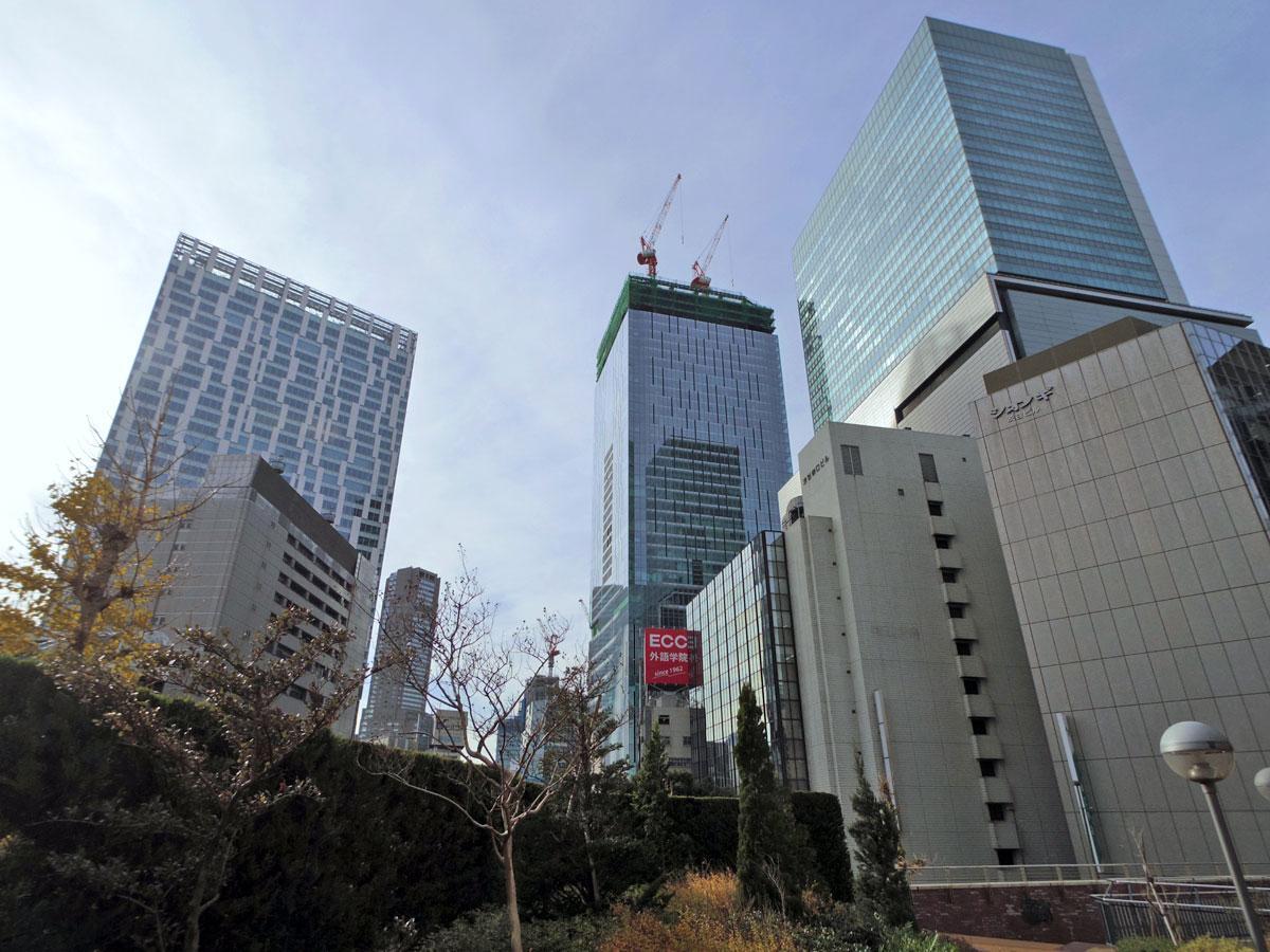 上棟した渋谷スクランブルスクエア・東棟(中央奥)