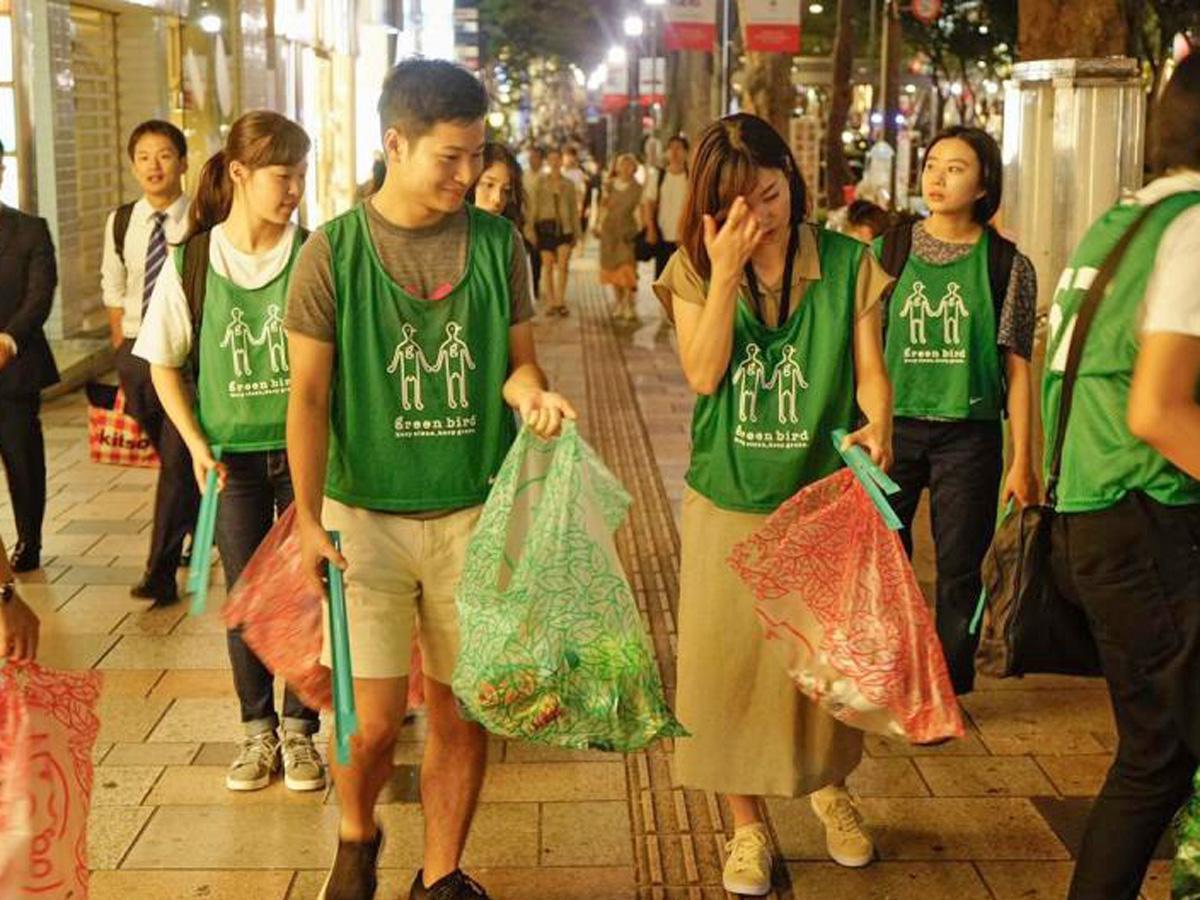 原宿・表参道でのゴミ拾い活動の様子(今年8月)