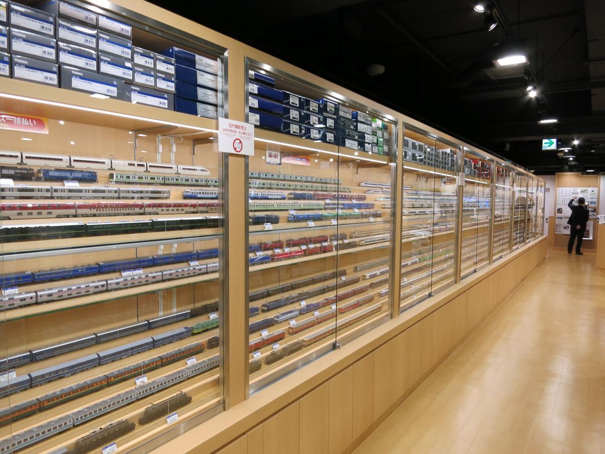 店内には既存店に比べ力を入れる自社製品などが並ぶ
