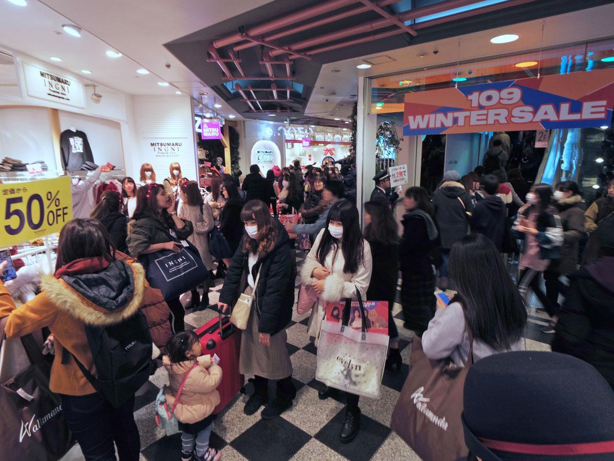 買い物客でにぎわるSHIBUYA109館内