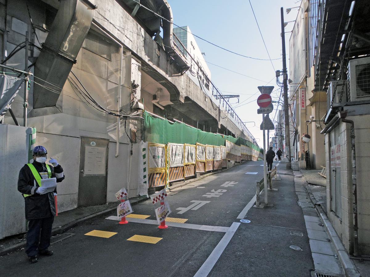 通行止めとなった線路沿いの道。歩行者の通路は確保する
