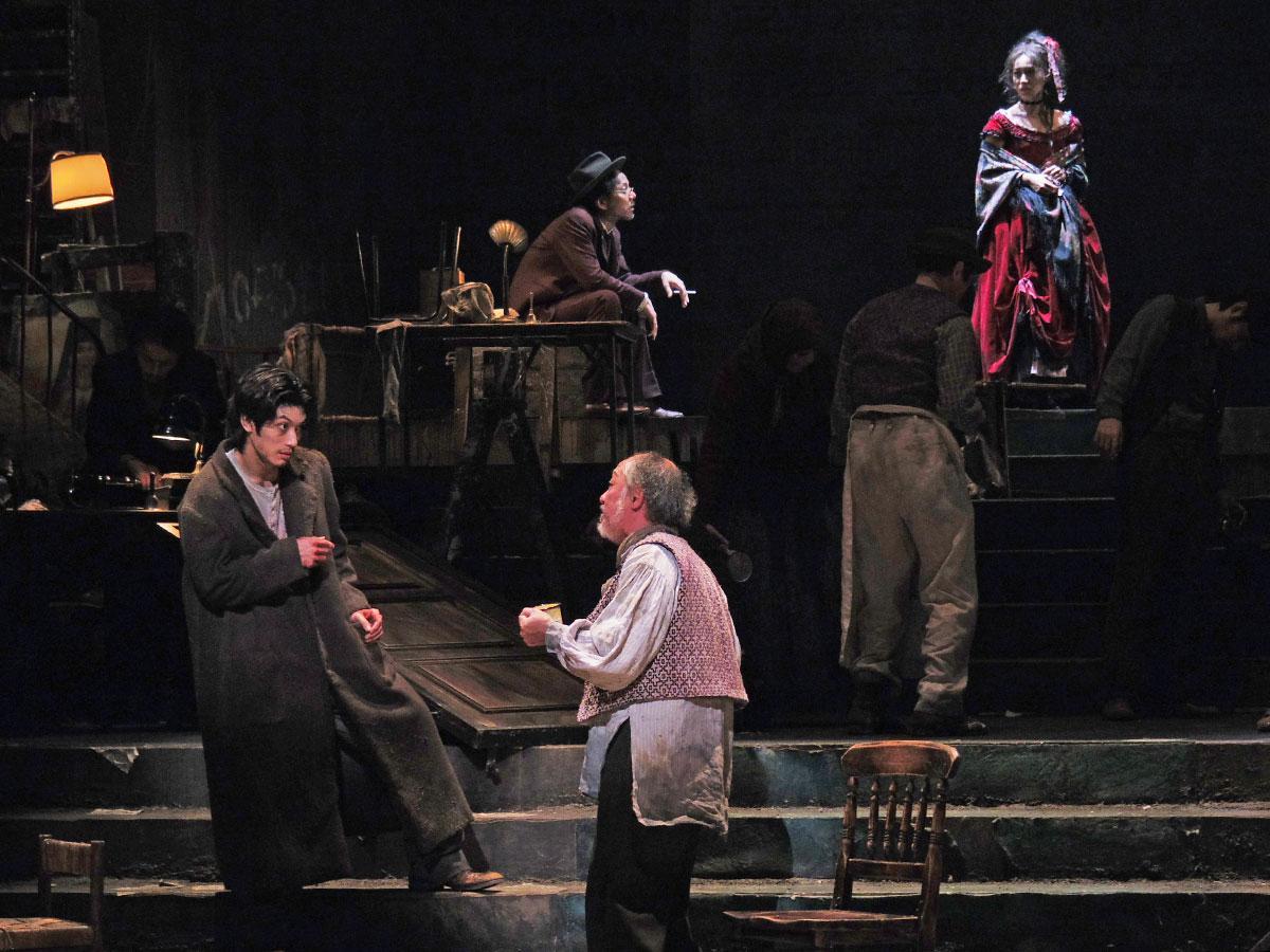 舞台「罪と罰」より。主人公ラフコーリニコフを演じる三浦春馬さん(左下)や娼婦ソーニャを演じる大島優子さん(右上)ら