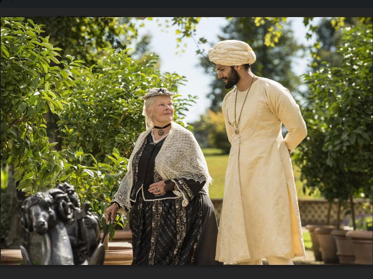 ヴィクトリア女王とインド人青年の交流を描いた©2018 Focus Features. A Comcast Company.