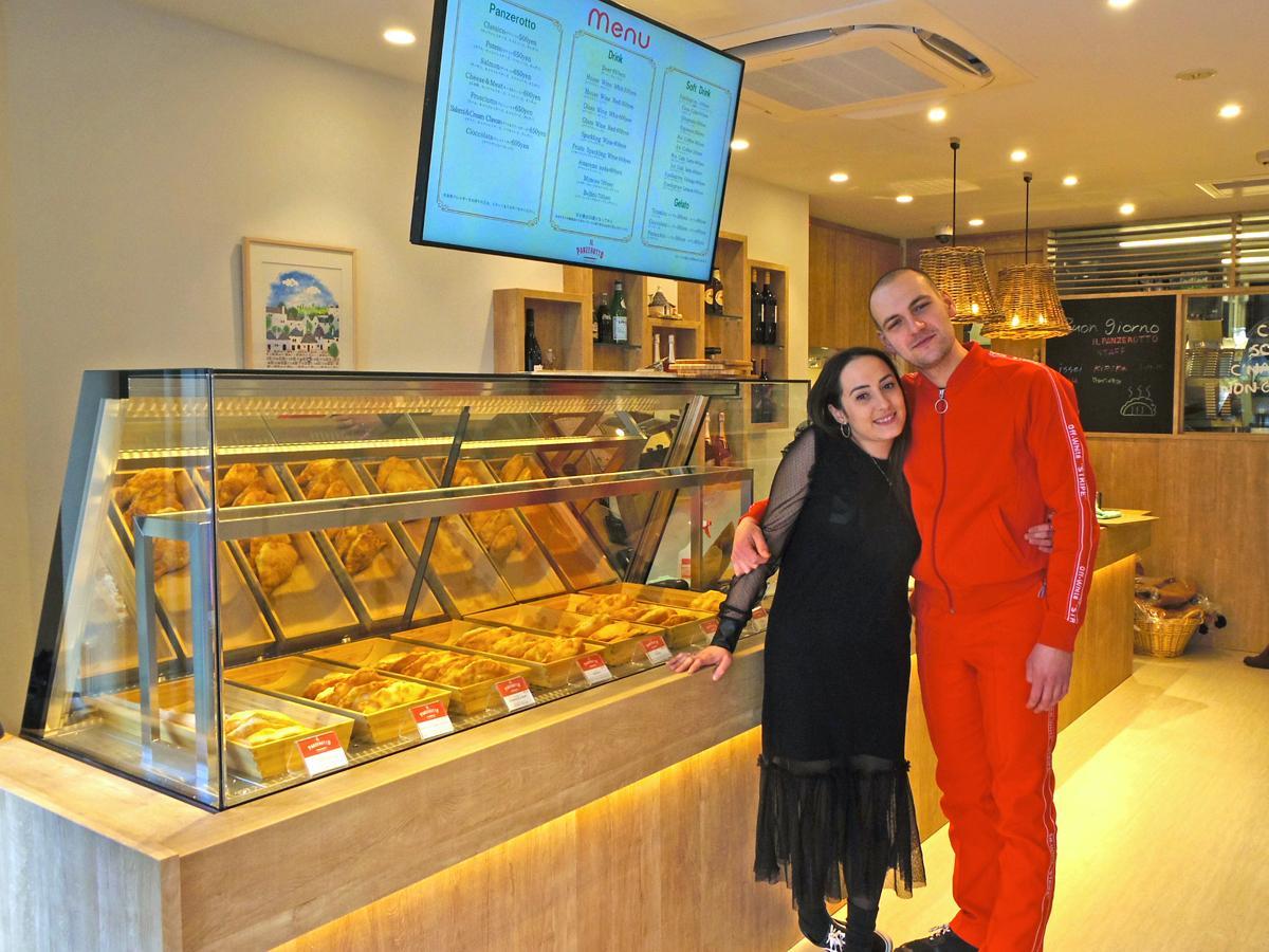 日本一号店の開業に合わせて来日したマリエッラ・ダレッシオさん(左)、ジュゼッペ・ダレッシオさん(右)の2人