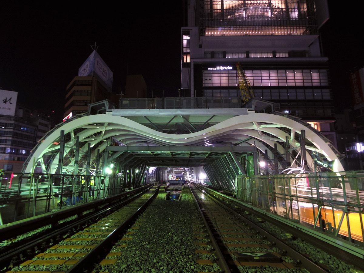 M形アーチを採用した銀座線新駅舎の屋根