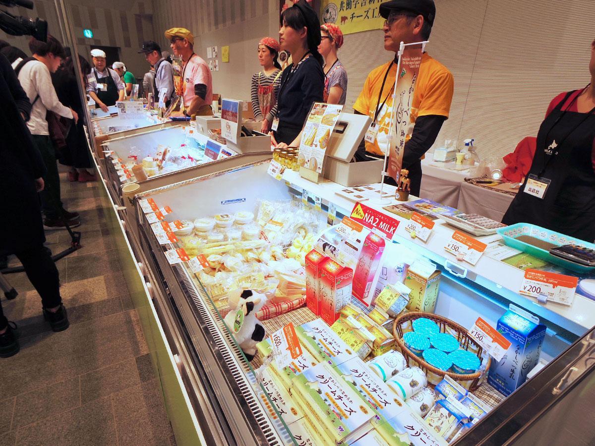 北海道のチーズ工房やメーカーが出展する