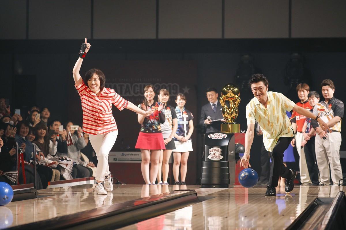 始球式に臨んだ桑田佳祐さんと原由子さん夫妻