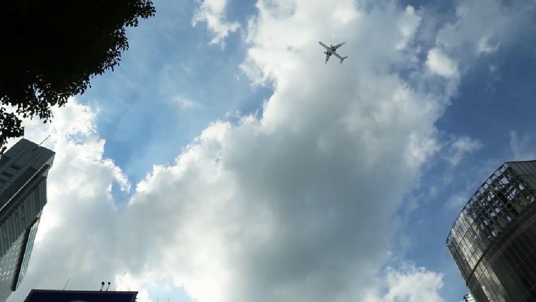 渋谷スクランブル交差点上空(約600メートル)を飛行する大型航空機の見え方(国道交通省動画より)