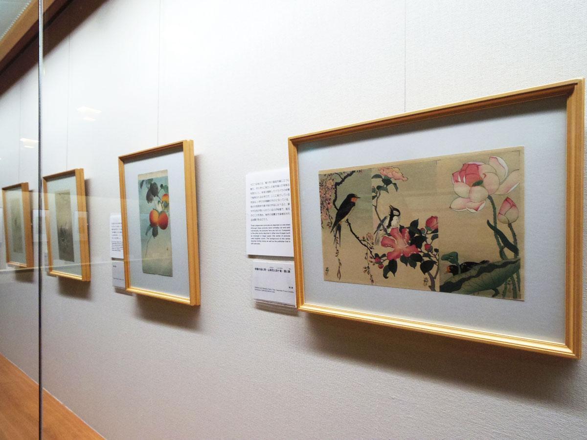 花や鳥、動物を題材にした木版画が並ぶ場内