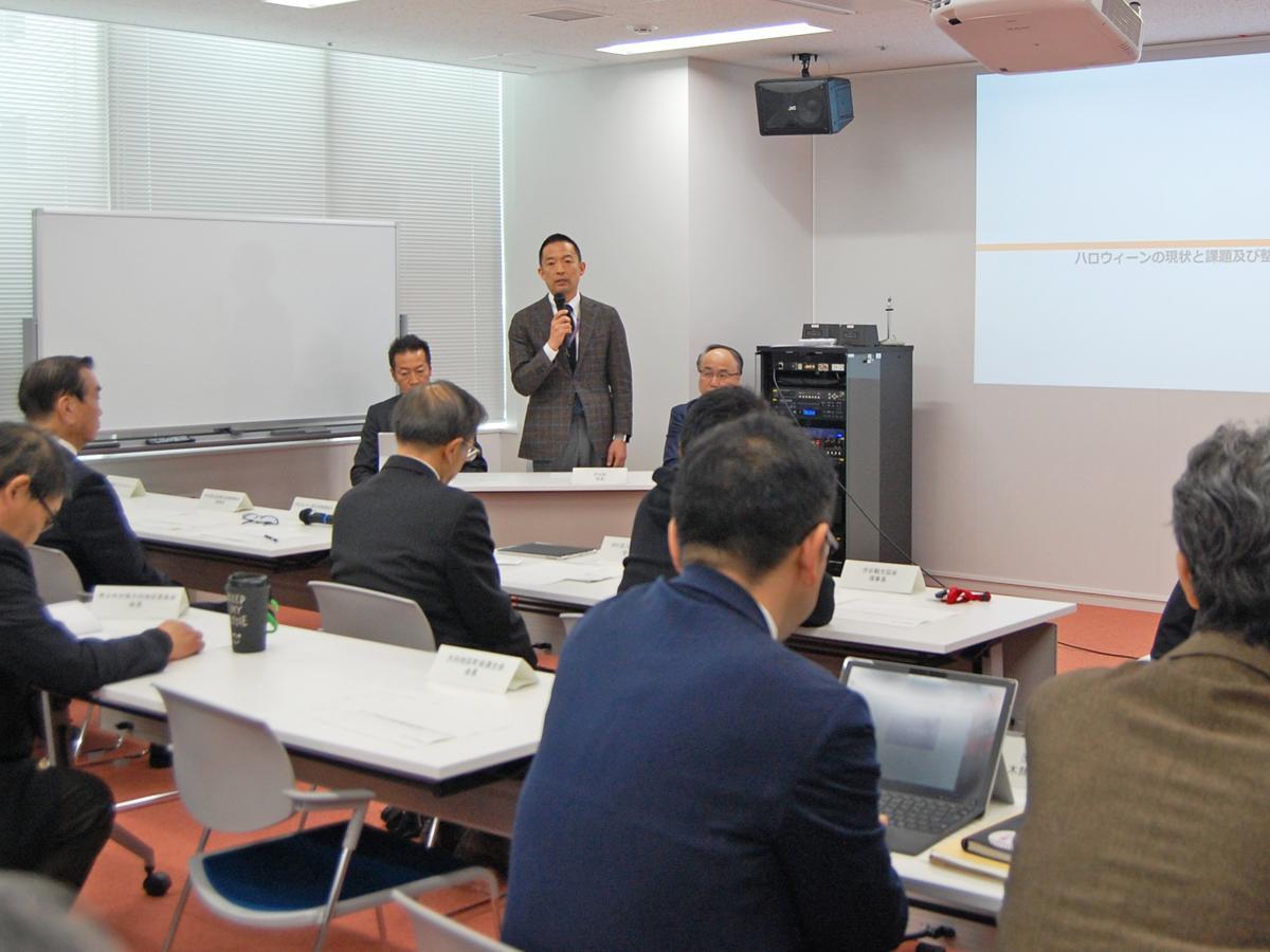 「第1回 渋谷ハロウィーン対策検討会」冒頭であいさつする長谷部区長(写真中央)