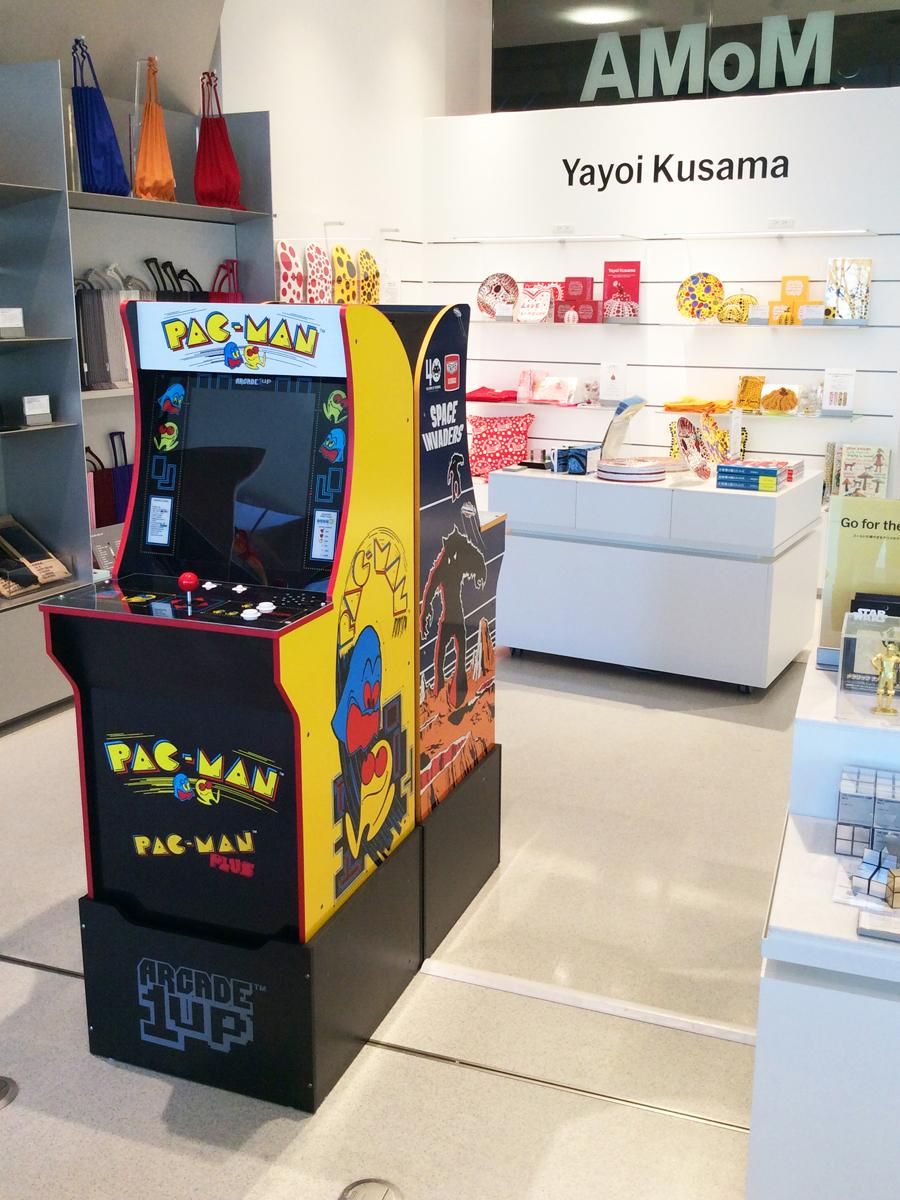 「MoMA DESIGN STORE表参道」で展示中のゲーム機「ARCADE 1UP」©TAITO CORPORATION 1978, 2019 ALL RIGHTS RESERVED.