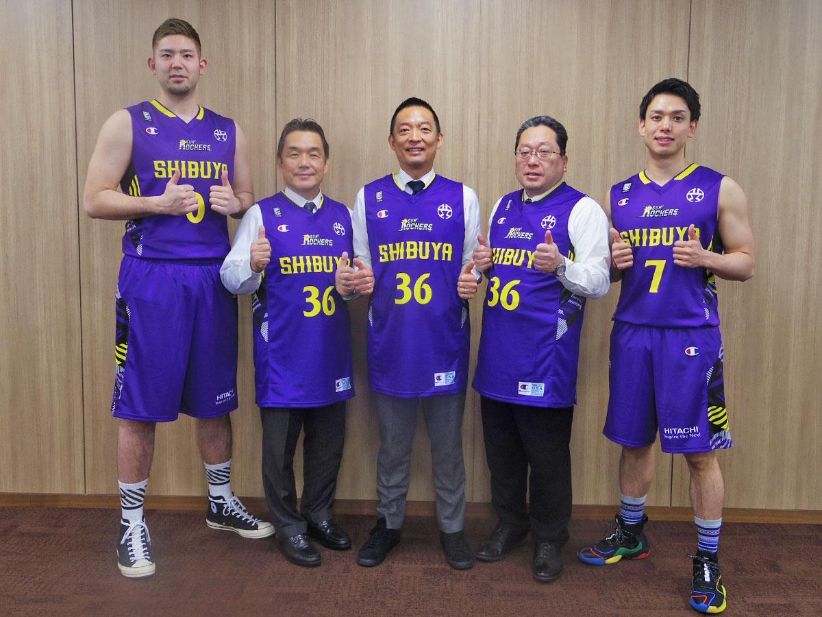 長谷部健渋谷区長(中央)らを表敬訪問したサンロカーズ渋谷の満原優樹選手(左)と伊藤駿選手(右)