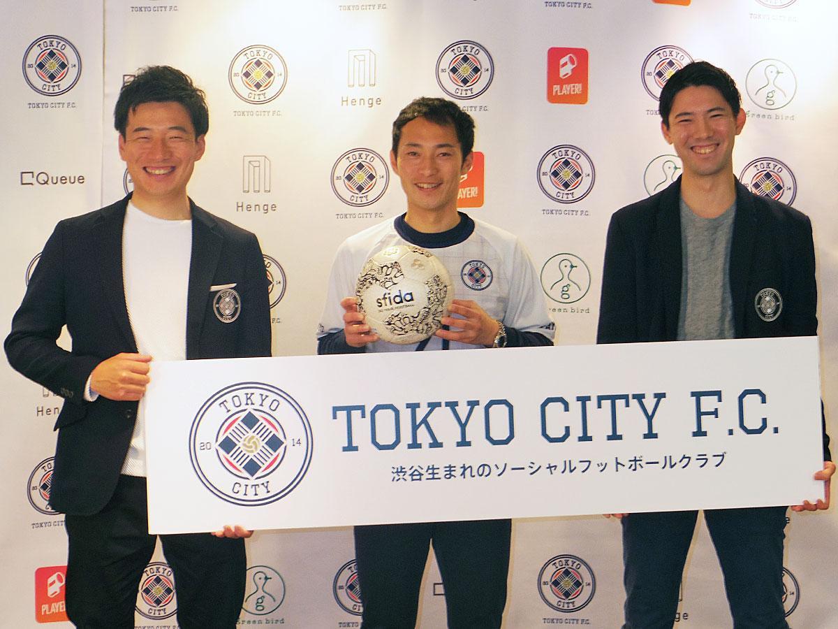 (左から)ゼネラルマネージャー兼監督の深澤佑介さん、阿部翔平選手、山内一樹社長