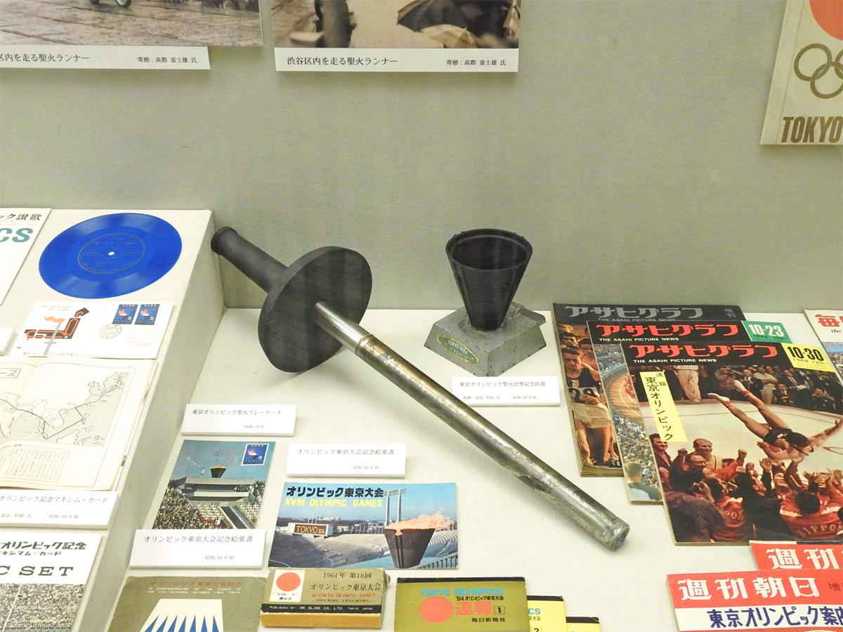 「聖火リレートーチ」など、1964年大会の写真やグッズが数多く展示
