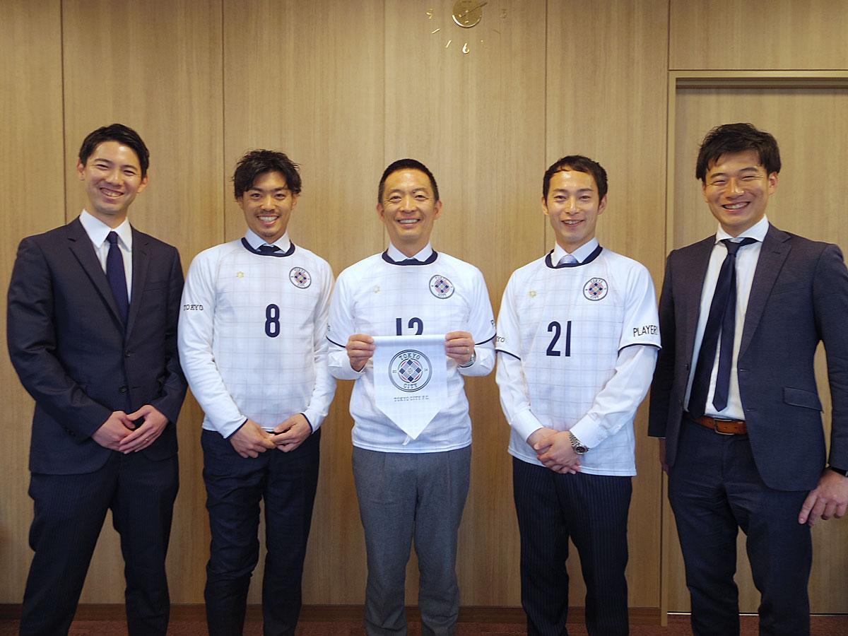 (左から)山内一樹社長、鈴木峻太選手、長谷部健渋谷区長、阿部翔平選手、深澤佑介監督