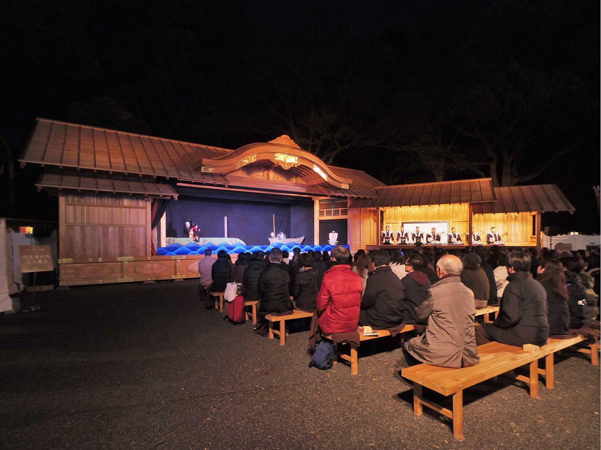 夜公演ではライトアップされる舞台