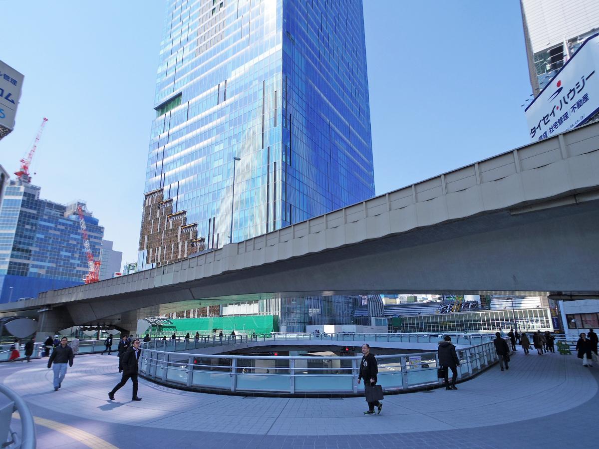 「ロの字」形通路の全ての供用が始まった渋谷駅東口歩道橋(写真奥が今回開通した部分)