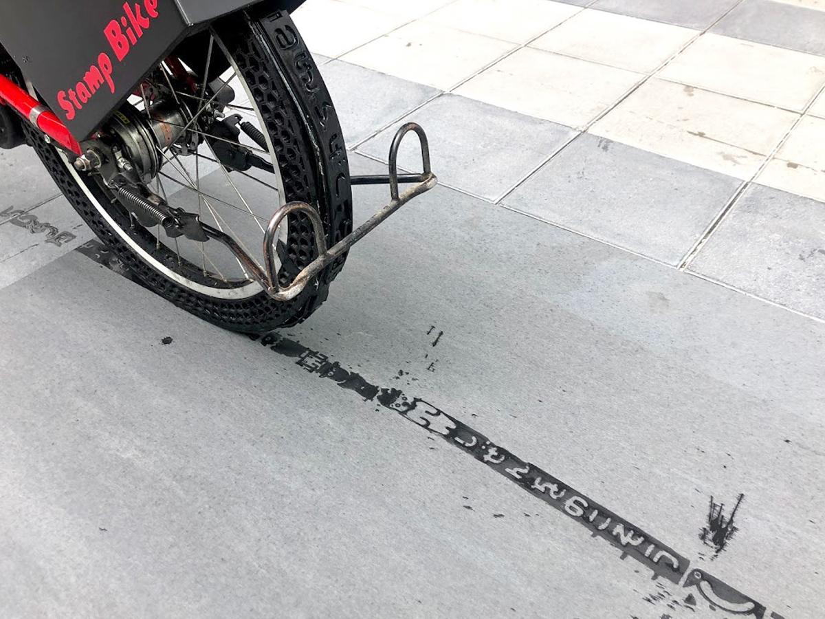 ぬれたタイヤの跡でスタンプのように道に柄を残せる「スタンプバイク」