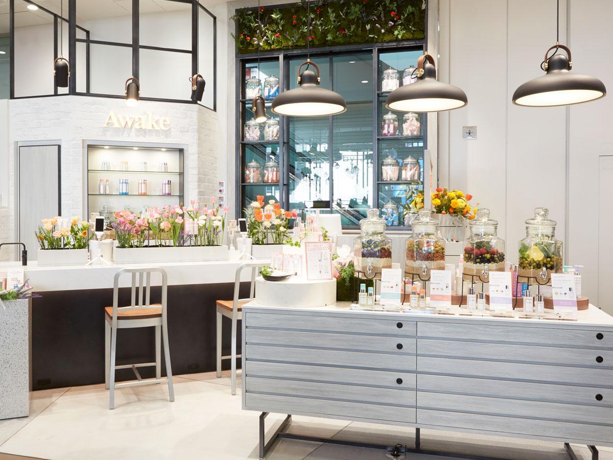 白を基調とした空間にアイランドキッチンのようなカウンターを設置する店舗