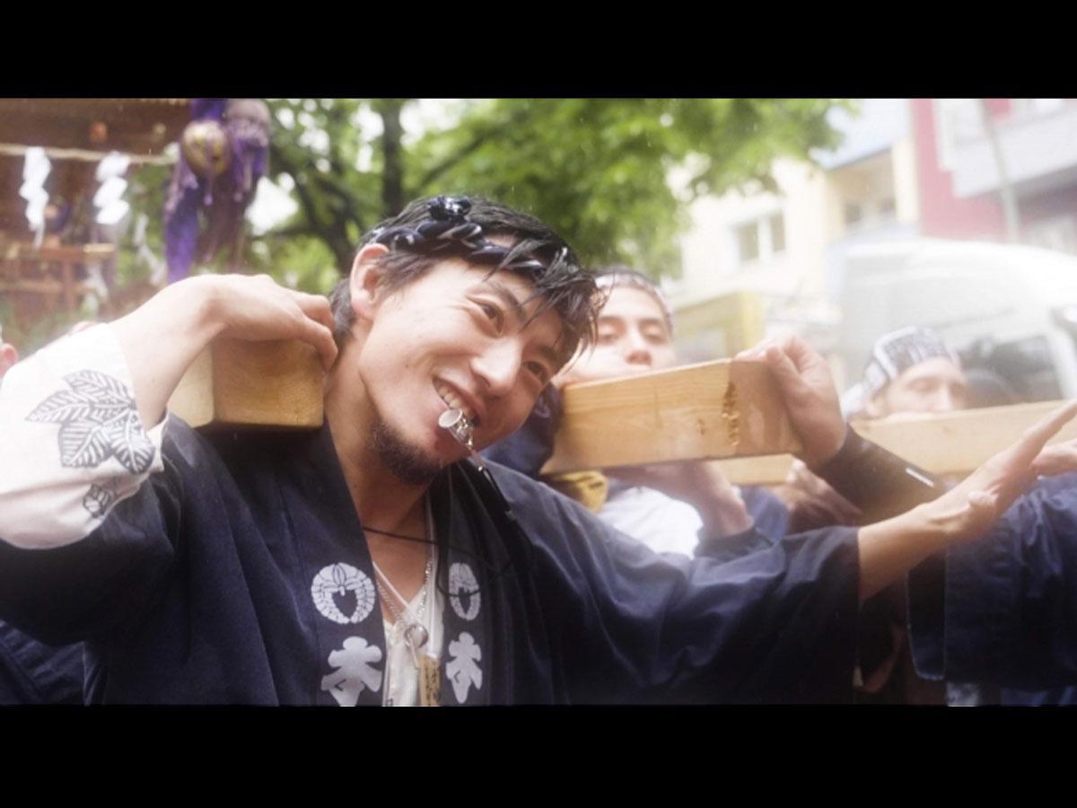 500基超のみこしをかついだ男性を追った「MIKOSHI GUY 祭の男」より©MIKOSHI GUY