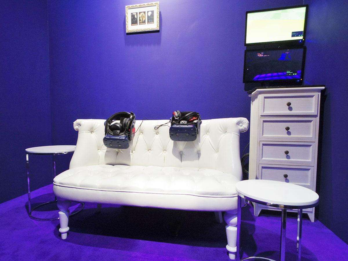 ソファに座って体験する「タロットVR:ボヤージュ・オブ・レヴリ」のブース内