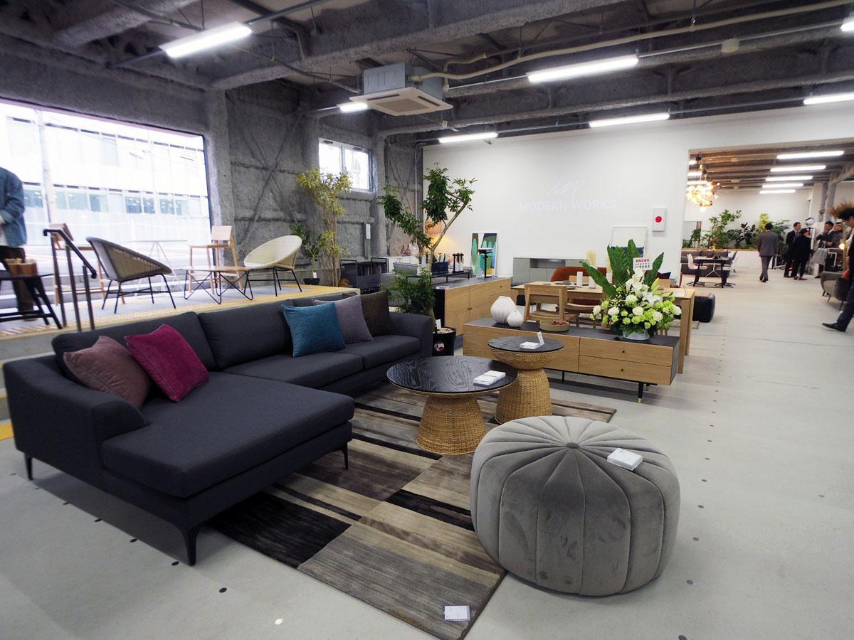家具をコーディネート提案する店内