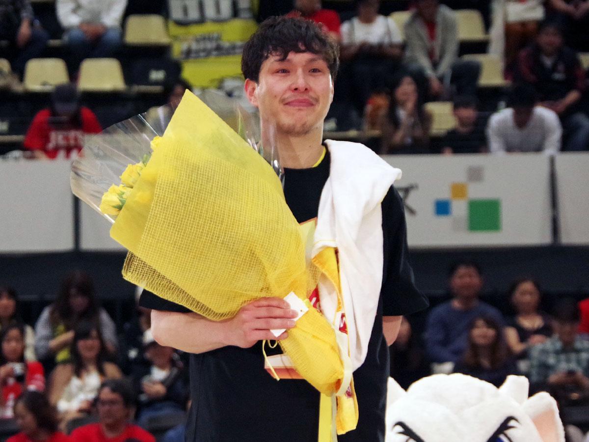 14年の選手生活に幕を下ろした清水太志郎選手。高校時代の恩師の登場に涙を流した
