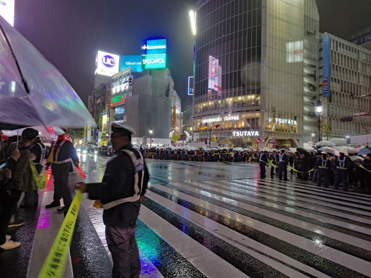 歩行者が歩道に収まりきれなくなり斜め横断が禁止され、大型ビジョンが消えた「令和」直前の渋谷駅前交差点