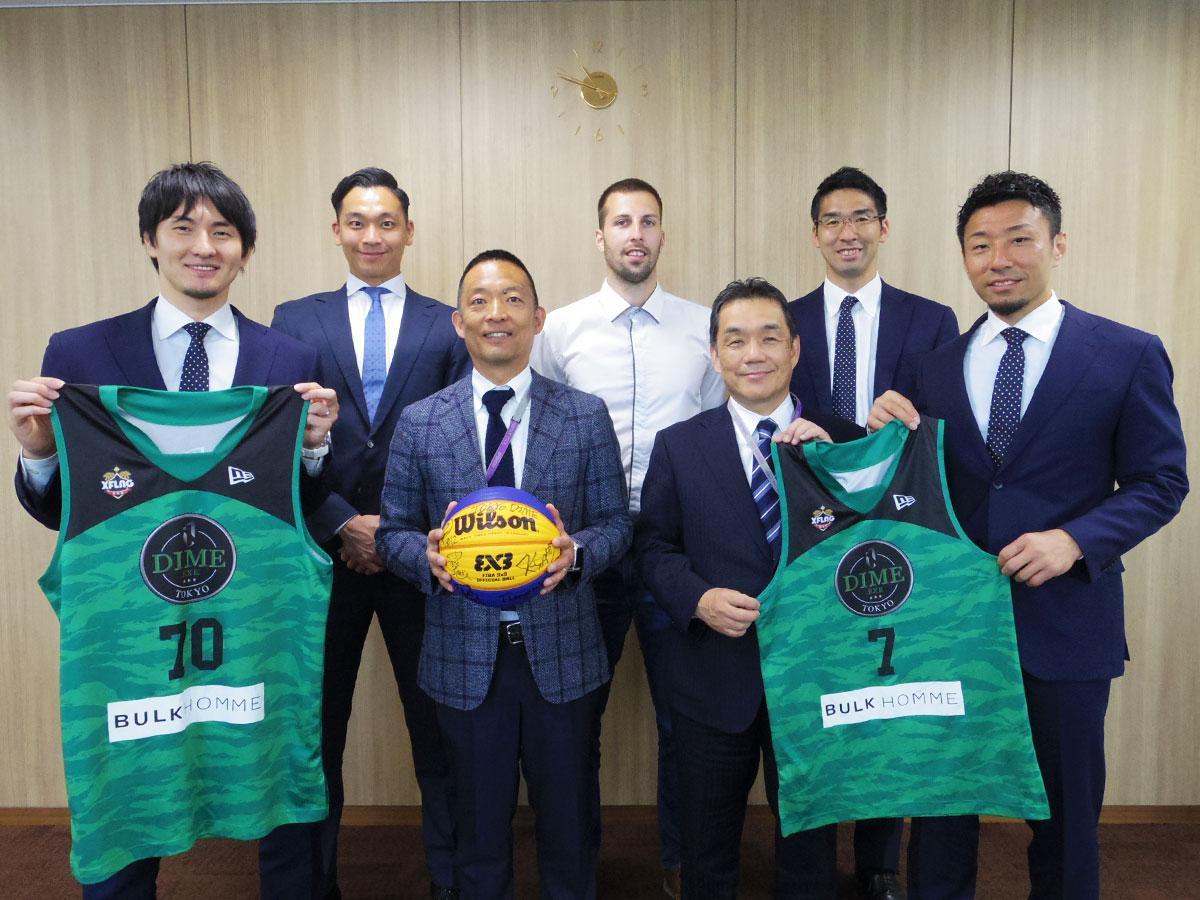 長谷部健渋谷区長(左から3番目)を表敬訪問した東京ダイムの岡田優介さん(左端)ら