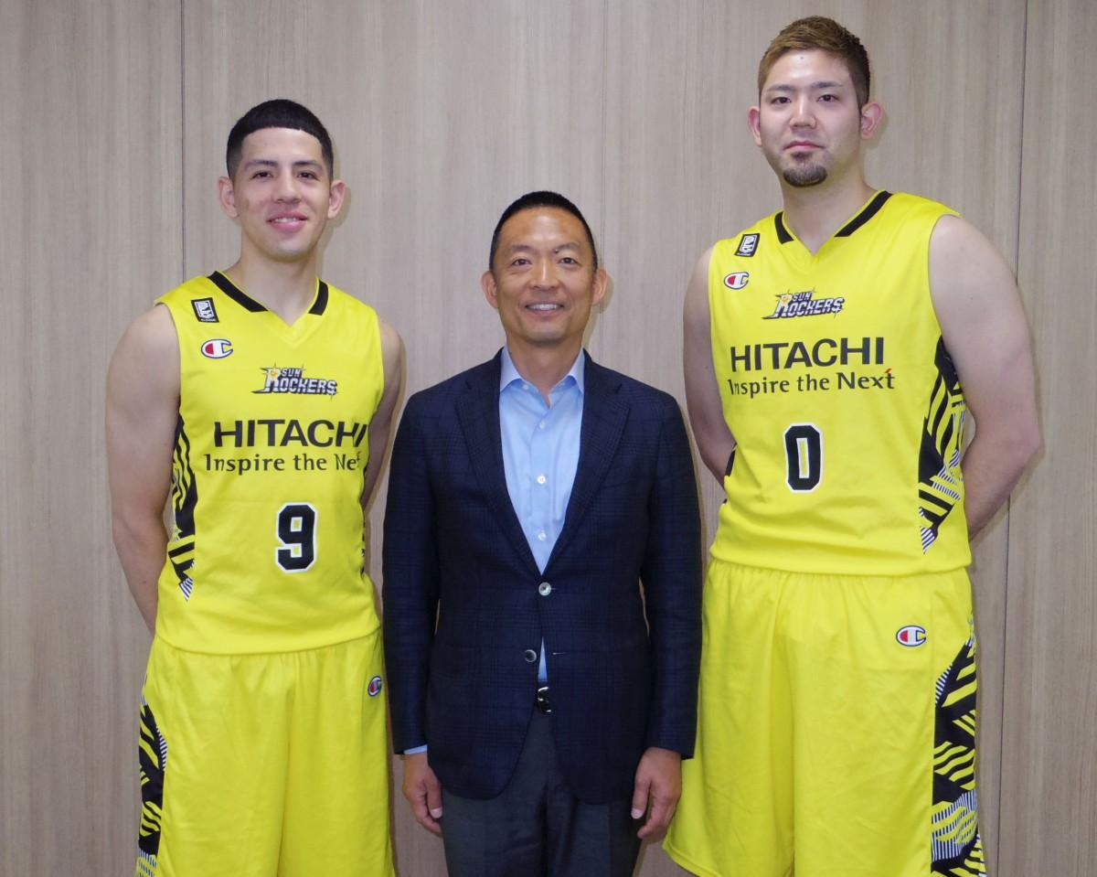 (左から)ベンドラメ礼生選手、長谷部健渋谷区長、満原優樹選手