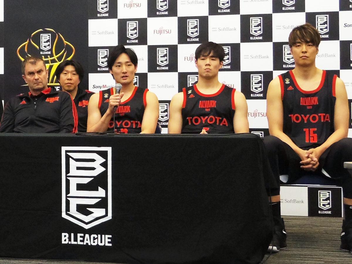 アルバルク東京のルカ・パヴィチェヴィッチヘッドコーチ(左)、田中大貴選手(左から3番目)、馬場雄大選手(同4番目)、竹内譲次選手(右)