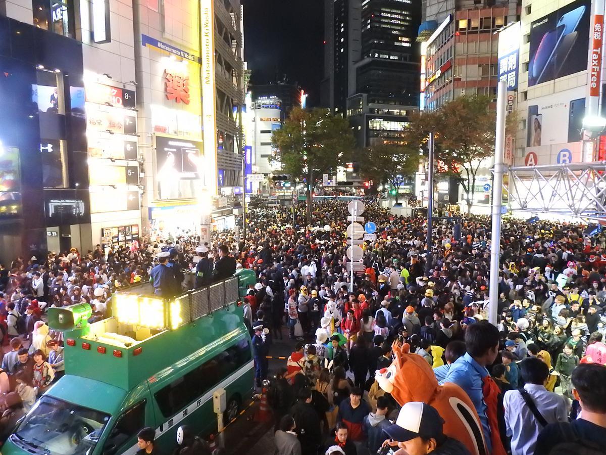 群衆が押し寄せる昨年のハロウィーンの様子