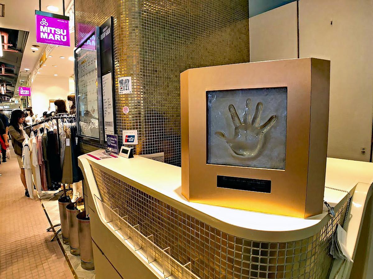 手形モニュメントは現在、インフォメーションカウンターの上に仮置きされている