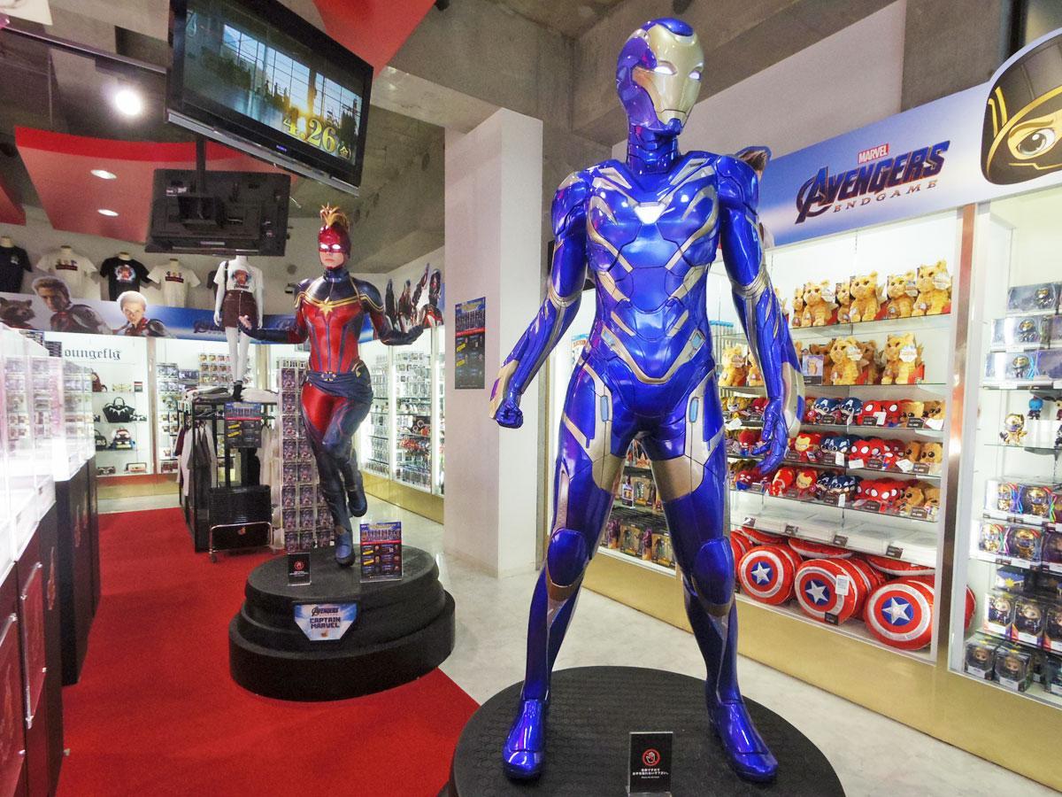 新たに展示が始まった「レスキュー」(手前)と「キャプテン・マーベル」(奥)の等身大フィギュア