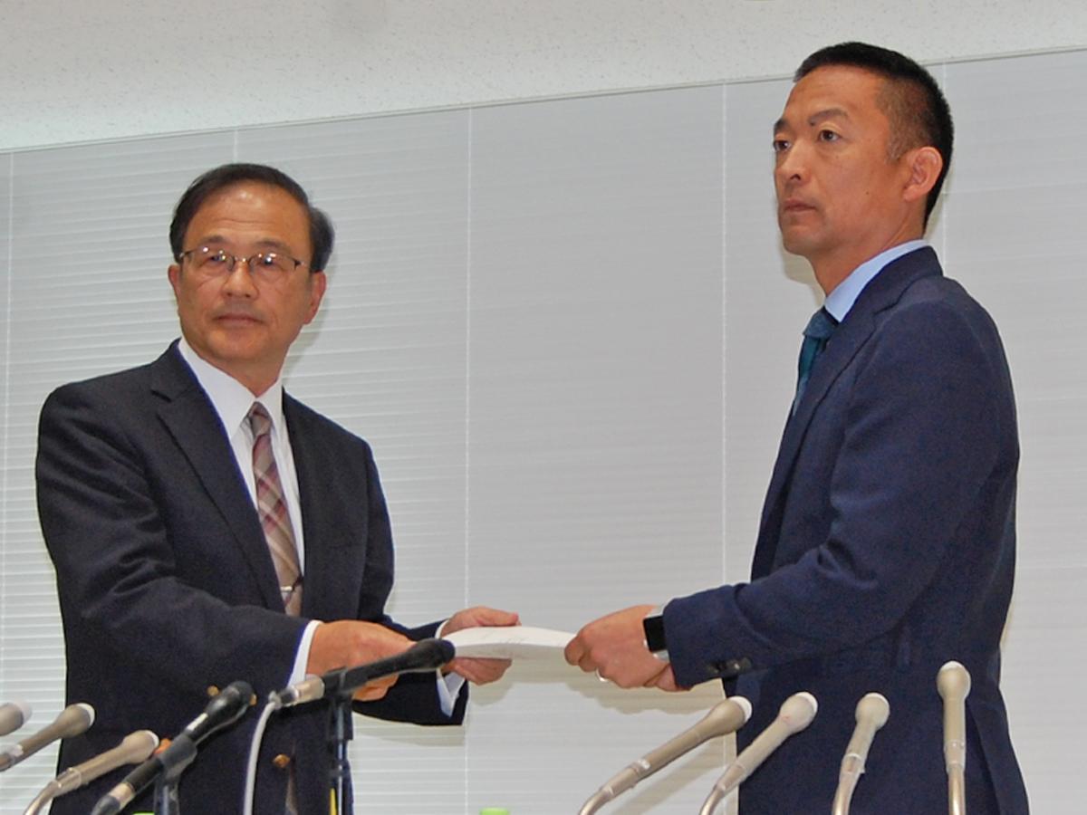 竹花豊理事長から中間報告書を受け取る長谷部健渋谷区長