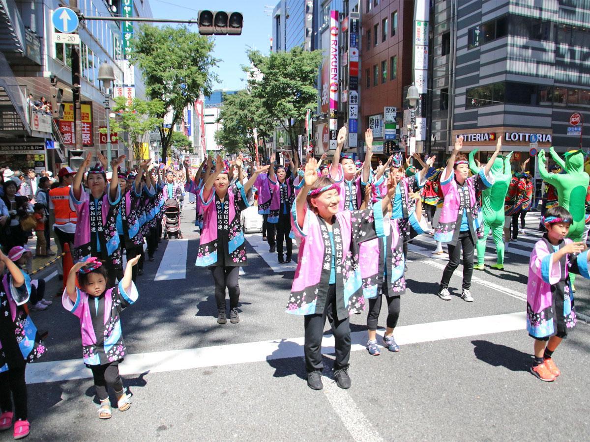 踊り手たちが道玄坂や文化村通りを踊りながら練り歩く(写真は昨年開催時の様子)