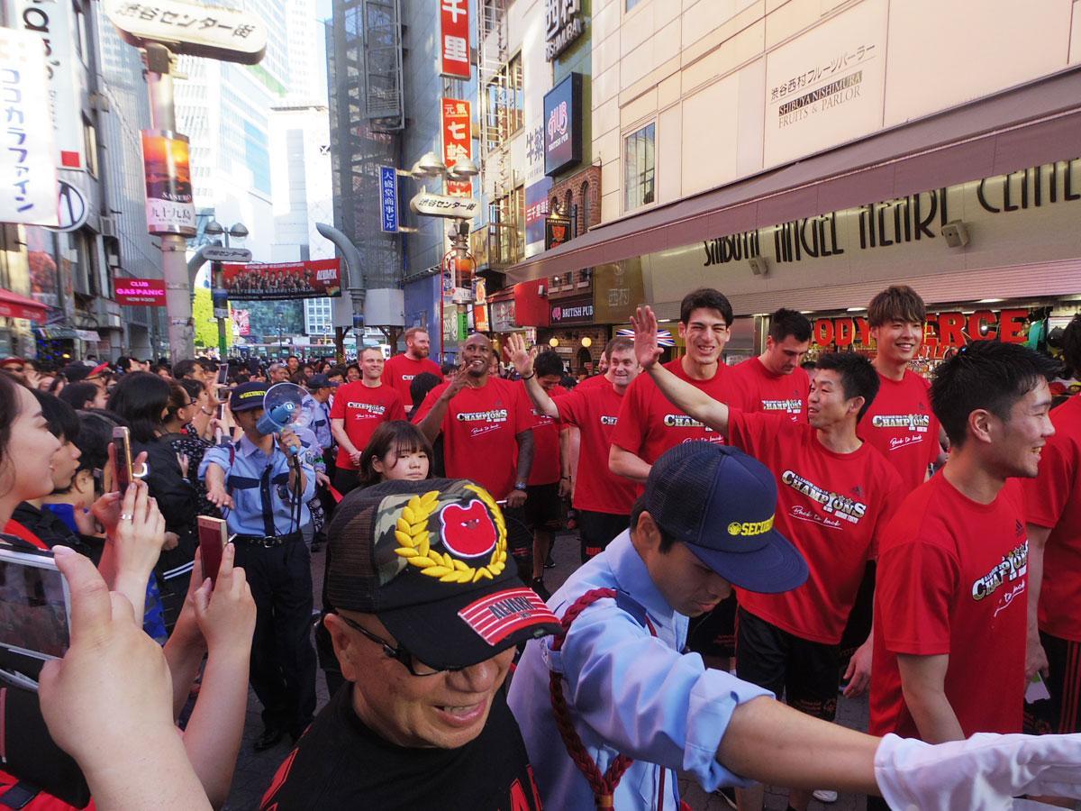 多くのファンに囲まれる中優勝パレードをしたアルバルク東京の選手たち