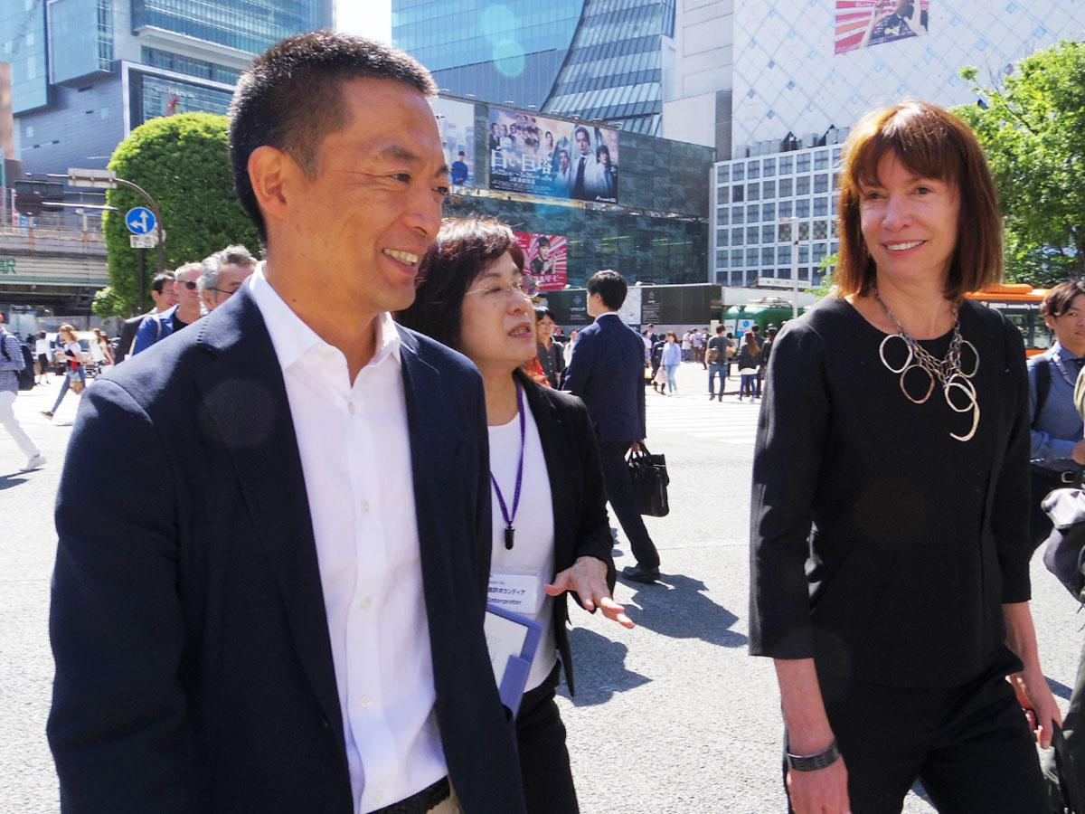 街なかを視察する長谷部健渋谷区長(左)と元NY交通局長のジャネット・サディク=カーンさん(右)