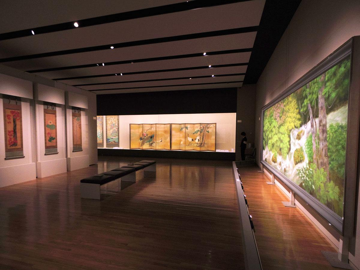 四季それぞれの草花を描いた作品が並ぶ場内