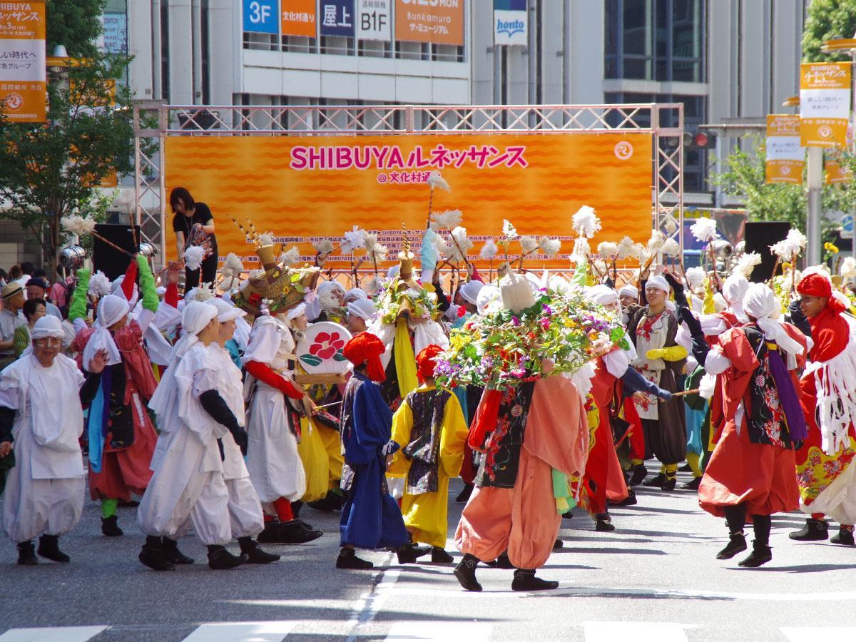 文化村通りを舞台にパフォーマンを展開する(写真は昨年の様子)