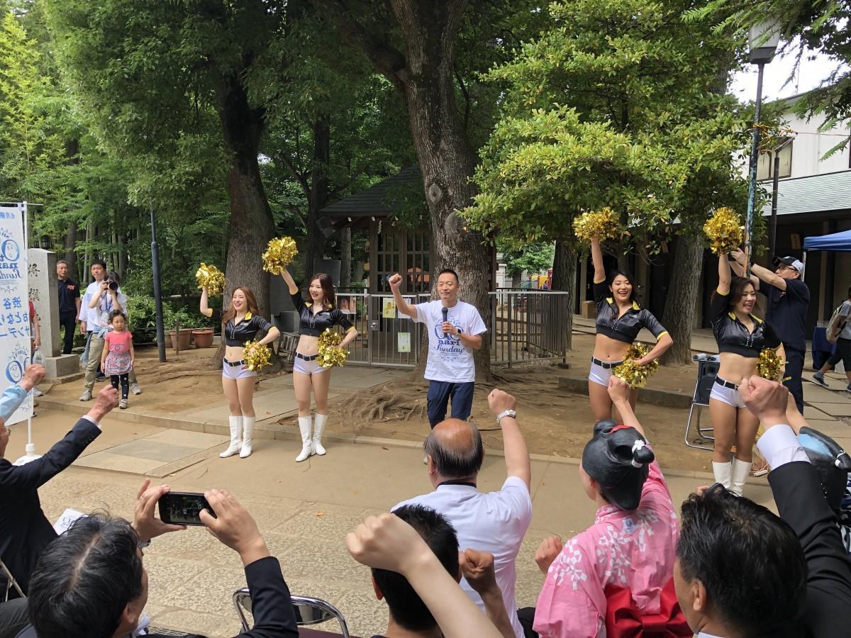 「渋谷おとなりサンデー」の掛け声で開会を宣言する長谷部健渋谷区長(両サイドはサンロッカーガールズ)