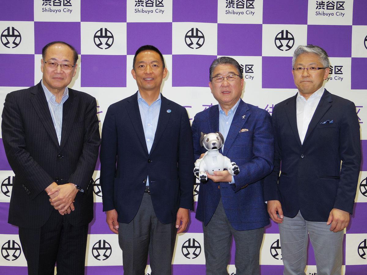 長谷部健渋谷区長(左から2番目)や認知症予防大使の徳光和夫さん(同3番目)ら