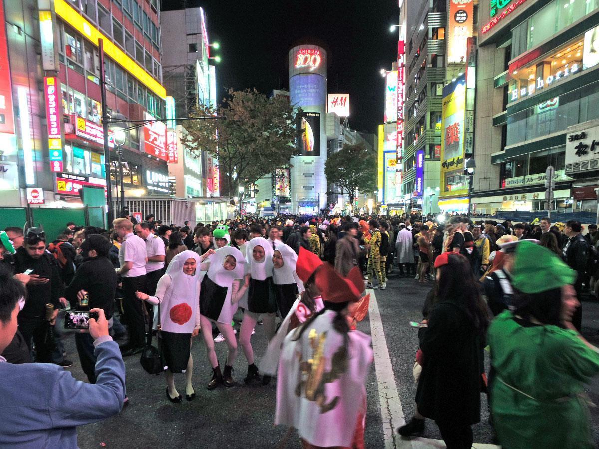 仮装して渋谷駅周辺に集まりハロウィーンを楽しむ人たち(昨年の様子)