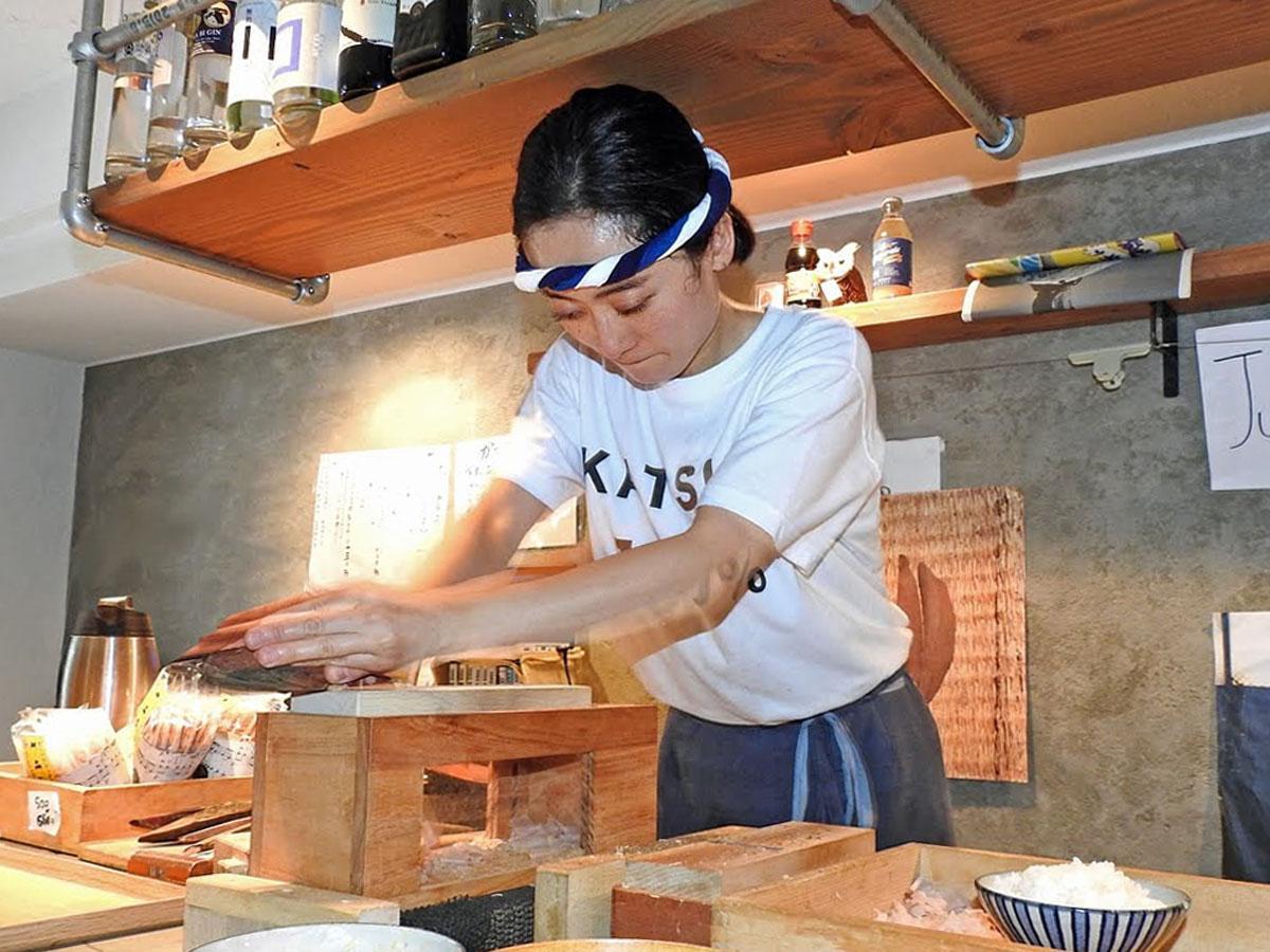 店内でかつお節を削る店主「かつおちゃん」こと永松真依さん