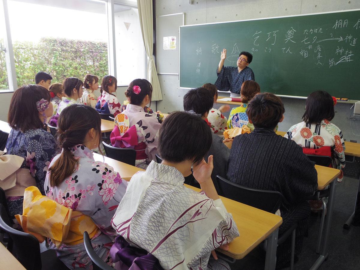 浴衣など和装でで授業を受ける学生たち